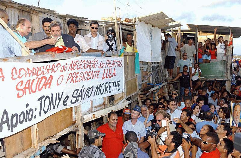 Lula e ministros visitam Brasília Teimosa, na periferia do Recife. Atrás do ex-presidente estão o prefeito de Recife, João Paulo e a ministra da Assistência Social, Benedita da Silva. (Foto: Agência Brasil)