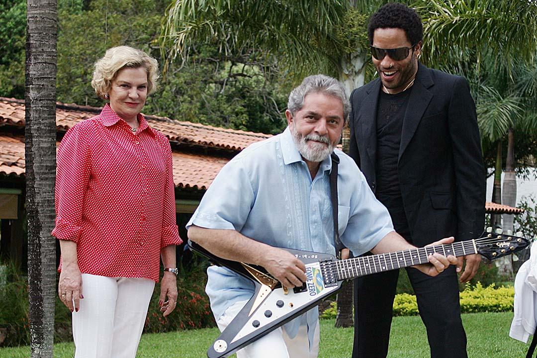 Cantor norte-americano Lenny Kravitz doa guitarra para o programa Fome Zero. (Foto: José Cruz/Agência Brasil)