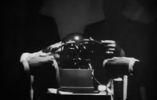 """Da noite para o dia, milhões de ações mudam de mão na bolsa de Nova York.  Trecho do documentário """"1930: Tempo de Revolução"""" (1990), de Eduardo Escorel"""