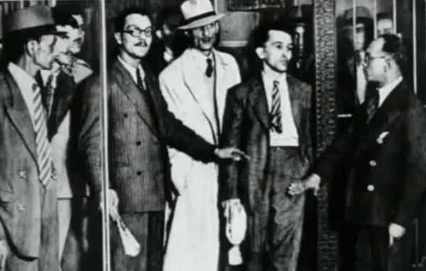 """Prestes e Olga Benário foram os últimos do grupo de enviados da Internacional Comunista a serem presos no Brasil. Detidos a 5 de março, tomaram rumos diferentes. Prestes foi levado para a Polícia Especial, onde ficou em total incomunicabilidade, proibido de ler e escrever. Olga, que estava grávida, seria deportada por ordem de Getúlio Vargas para a Alemanha Nazista.  Trecho do filme """"1935: O Assalto ao Poder"""", de Eduardo Escorel (2002)"""