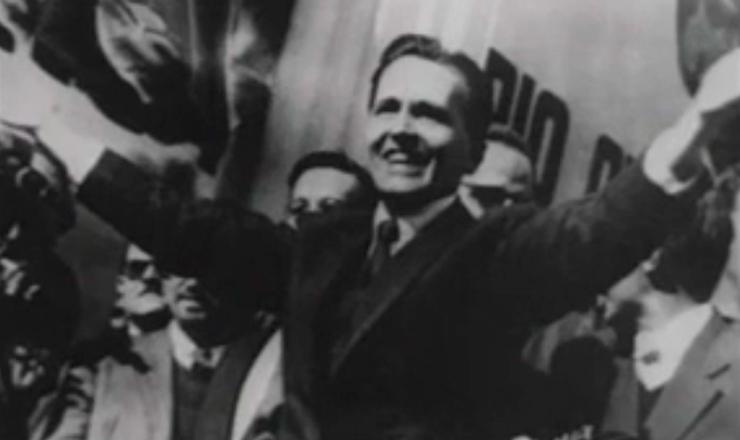 """Trecho do filme """"O Velho —a História de Luís Carlos Prestes"""" (1997), de Toni Venturi, fala sobre a eleição de Prestes para o Senado"""