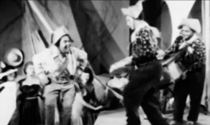 """Luiz Gonzaga, já consagrado, participa de atração musical no filme de 1957 """"Hoje o Galo Sou Eu"""", dirigido por Aloísio T. Carvalho, em cena reproduzida no filme """"O Homem Que Engarrafava Nuvens"""" (2009), de Lírio Ferreira"""