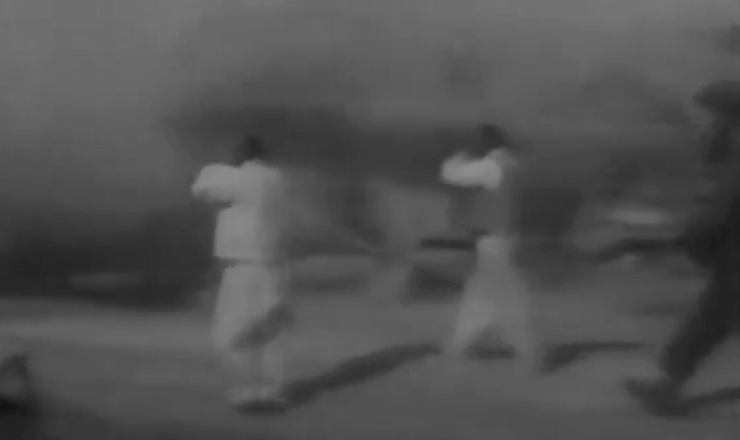 """Trecho do documentário """"A Guerra da Coreia"""" (1997), de Soph Moeng, mostra tropas norte-coreanas avançando sobre o paralelo 38"""
