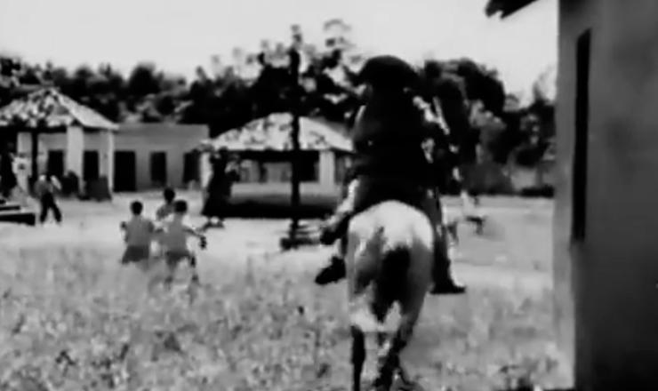 """Encenação de ataque a um vilarejo em """"O Cangaceiro"""" (1953), de Lima Barreto"""
