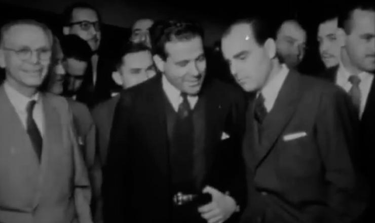 """General Antônio Carlos Muricy dá a versão dos militares sobre o manifesto dos coronéis, em cena do documentário """"Jango"""" (1984), de Sílvio Tendler"""