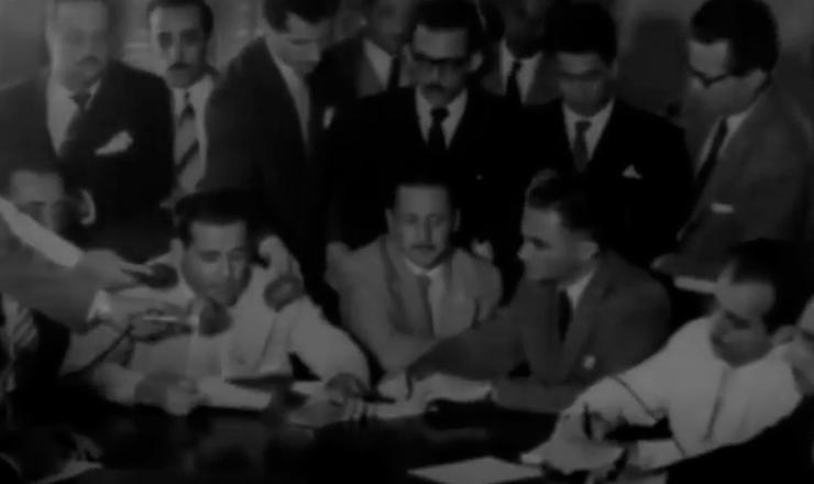 """Getúlio demite João Goulart do Ministério do Trabalho, Indústria e Comércio, em cena do documentário """"Jango"""" (1984), de Sílvio Tendler"""