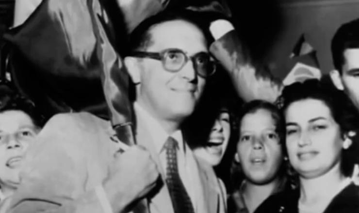"""Tancredo Neves  fala sobre a oposição da UDN e das forças conservadoras a Getúlio Vargas, em trecho do documentário """"Os Anos JK – Uma Trajetória Política"""" (1980), de Sílvio Tendler"""