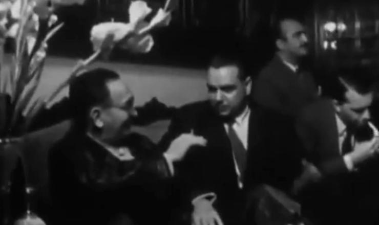 """Depois de se afastar por problemas de saúde, Café Filho  tentou reassumir a Presidência, mas foi impedido pelo Congresso. Trecho do documentário """"Os Anos JK – uma Trajetória Política"""" (1980), de Sílvio Tendler"""