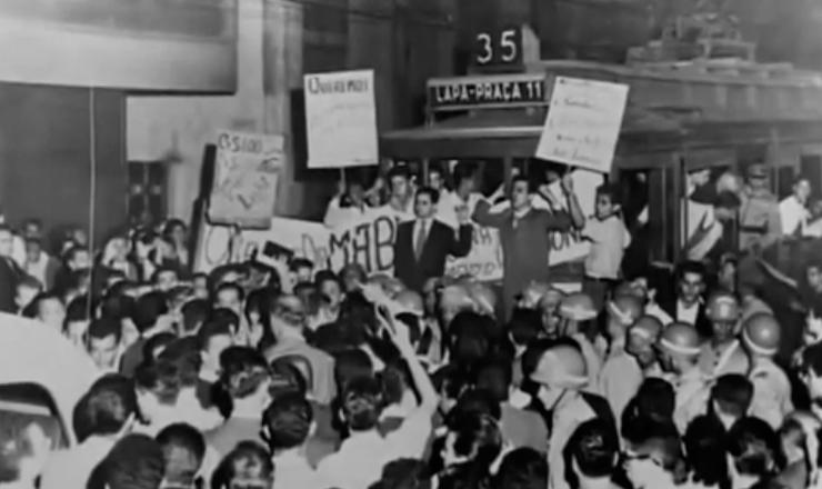 """Juscelino se reúne com representantes da UNE para dar fim à """"revolta do bonde"""". Trecho do documentário """"Os Anos JK: uma Trajetória Política"""" (1980), Sílvio Tendler"""