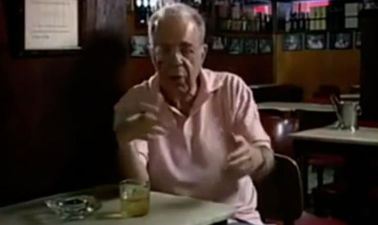 """O jornalista Sérgio Cabral conta como se formou a parceria  entre Vinícius de Morais e Tom Jobim, que produziu """"Orfeu da Conceição"""". Trecho do documentário """"Coisa Mais Linda: Histórias e Casos da Bossa Nova"""" (2005), dirigido por Paulo Thiago"""