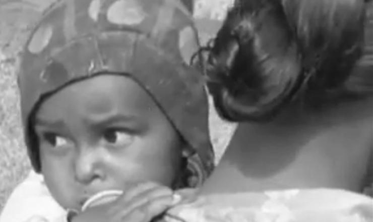 """As secas no Brasil atingiam, principalmente, as famílias mais pobres, que eram obrigadas a deixar tudo para trás em busca de melhores condições de vida.  Trecho do filme """"Viramundo"""" (1965), de Geraldo Sarno"""