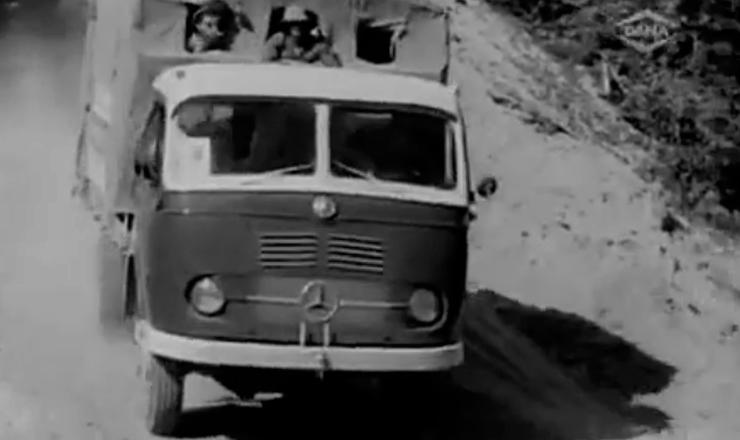 """Ufanista, o cineasta Jean Manzon destaca a integração do país  em torno da rodovia Belém-Brasília. Trecho do cinejornal """"Coluna Norte"""", de Jean Manzon"""