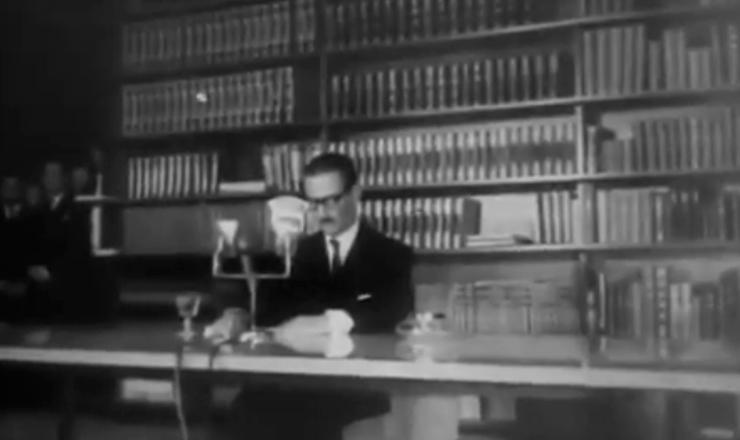 """Os discursos inflamados de Jânio Quadros prometiam moralizar a política e varrer a corrupção. Trecho do documentário """"Os Anos JK: uma Trajetória Política"""" (1980), de Sílvio Tendler"""