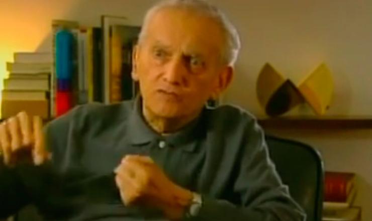 """O economista Celso Furtado foi um defensor da intervenção do Estado na economia dos países subdesenvolvidos. Trecho do documentário """"O Longo Amanhecer: Cinebiografia de Celso Furtado"""" (2007), do diretor José Mariani"""