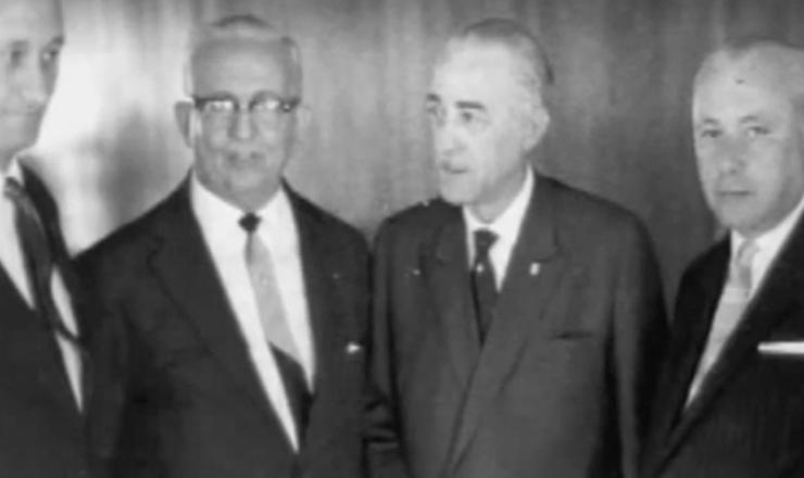 """Jânio Quadros se isolou. As forças que o apoiaram ficaram profundamente descontentes com a política externa de seu governo. Trecho do documentário """"História do Brasil por Boris Fausto"""" (2002), da TV Escola do MEC"""
