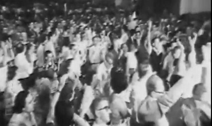 """Em 1962, Leonel Brizola é eleito deputado federal pelo estado da Guanabara, liderando uma frente parlamentar nacionalista para restaurar o presidencialismo no país. Trecho do filme """"Brizola: Tempos de Luta"""" (2007), de Tabajaras Ruas"""