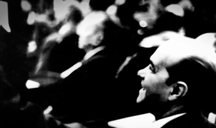 """Tancredo renunciou ao cargo de primeiro-ministro após enfrentar dura oposição das forças de esquerda, incendiadas pela defesa das Reformas de Base. Trecho do filme """"Tancredo: a Travessia"""" (2011), de Sílvio Tendler"""