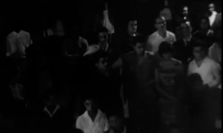 """O filme """"Porto das Caixas"""" destoa dos outros filmes da primeira fase do Cinema Novo, marcada principalmente pelas produções ambientadas no sertão do Brasil. Trecho de """"Porto das Caixas"""" (1962), de Paulo César Saraceni"""