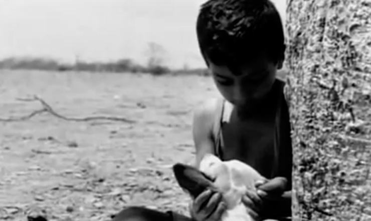 """Em uma das cenas mais marcantes do filme, o Menino mais Velho  associa a dureza de sua realidade ao inferno cristão. Trecho do filme """"Vidas Secas"""" (1963), de Nelson Pereira dos Santos"""