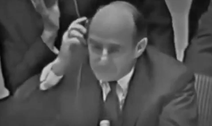 """Em debate na ONU, o embaixador Zorin, da URSS, se recusa a responder se o governo Kruschev havia ou não instalado bases de mísseis em Cuba. Trecho da reportagem """"Crise dos Mísseis"""", da TV Estadão"""