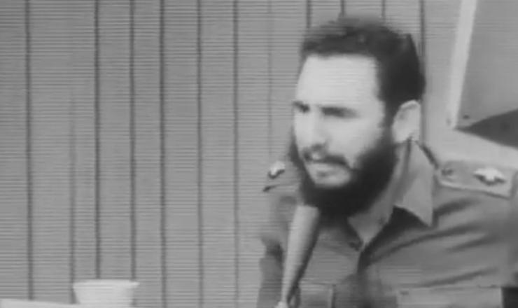 """Furioso, Fidel Castro rechaça as inspeções feitas na ilha por parte do governo dos Estados Unidos. Trecho do filme """"Memorias del Subdesarrolo"""" (1968), de Tomas Gutiérrez Alea"""