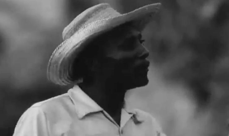 """O cineasta Leon Hirszman, no filme """"Maioria Absoluta"""", colhe depoimentos de camponeses que explicam a necessidade de realizar a reforma agrária. Trecho do filme """"Maioria Absoluta"""" (1964), de Leon Hirszman"""