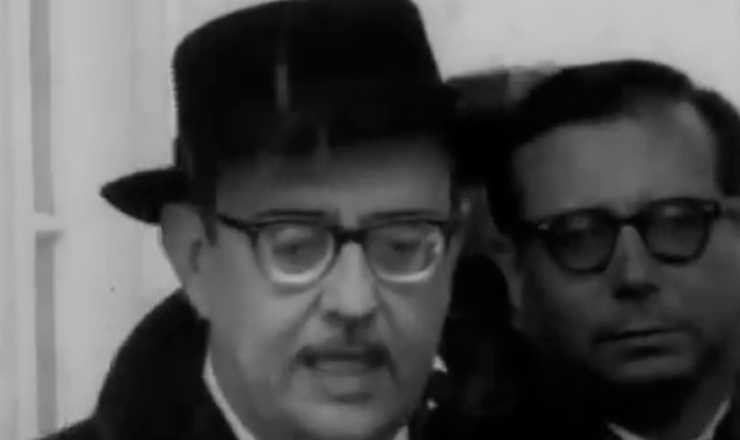 """San Tiago Dantas, ministro da Fazenda de João Goulart, ancorado na Aliança para o Progresso, viaja aos Estados Unidos para obter ajuda financeira e renegociar a dívida com o FMI. Trecho do filme """"Jango"""" (1984), de Sílvio Tendler"""