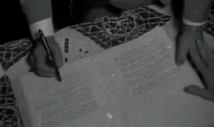 """O Estatuto do Trabalhador Rural estende aos assalariados do campo os direitos dos trabalhadores urbanos (sindicalização, salário mínimo, férias, repouso semanal remunerado, aviso prévio e indenização), além de medidas de proteção especial à mulher e ao menor. Trecho do filme """"Jango"""" (1984), de Sílvio Tendler"""