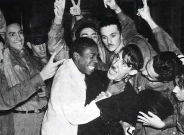"""José Gomes Talarico,  ex-militante da UNE, fala da grande passeata contra os nazifascistas no Rio de Janeiro, em trecho do documentário""""Memória do Movimento Estudantil"""" (2007), de Sílvio Tendler"""