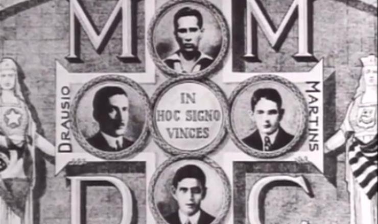 """Muita gente é ferida e quatro estudantes são mortos nos tumultos em São Paulo. As iniciais de seus nomes formam a sigla MMDC, símbolo do movimento contra Vargas (23 de maio). Cena do documentário """"1932: a Guerra Civil"""" (1993), de Eduardo Escorel"""