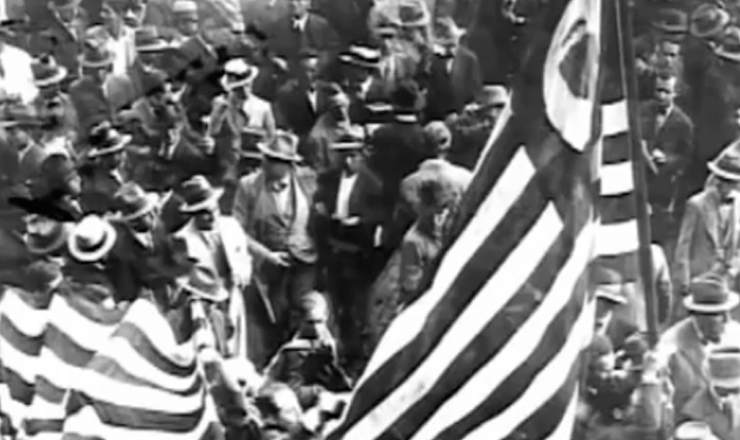 """Comício """"São Paulo unido pela Constituinte"""" lota  a praça da Sé no aniversário da cidade. Trecho do filme""""1932: a Guerra Civil"""" (1993), de Eduardo Escorel"""