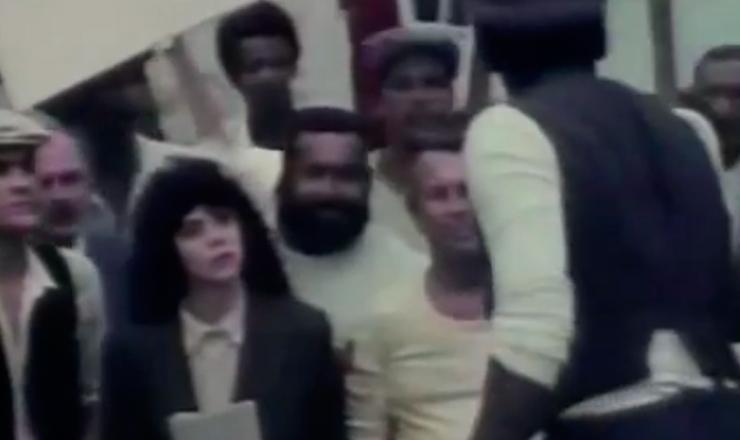 """Em Santos, o PCB promove manifestação em favor de Sacco e Vanzetti. Trecho do filme """"Eternamente Pagu"""" (1987), de Norma Bengell, com Carla Camurati no papel da escritora"""