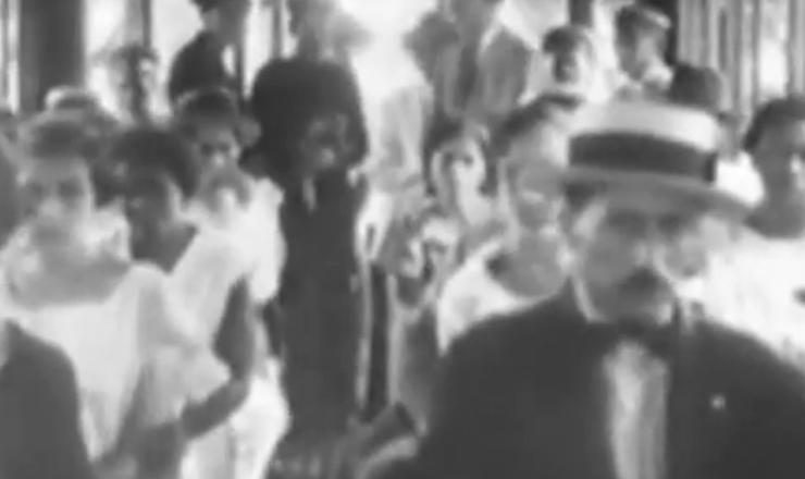 """Ataques aéreos contra São Paulo,  em cena do documentário """"A Guerra dos Paulistas"""" (2002), de Laís Bodanzky e Luiz Bolognesi"""