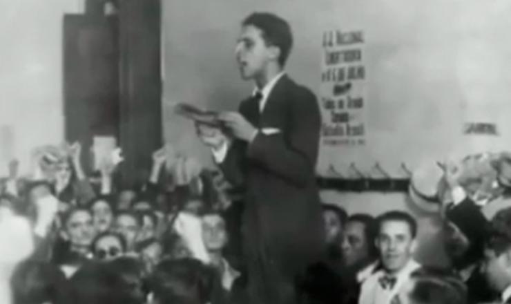 """Lacerda sugere nome de Prestes para presidente de honra da ANL, em comício de fundação da entidade.Trecho do documentário """"1935: o Assalto ao Poder"""" (2002), de Eduardo Escorel"""