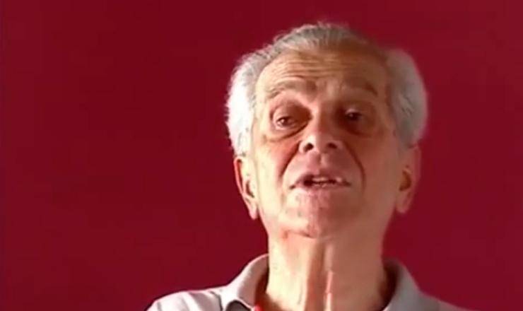 """Depoimento do historiador Paulo Cavalcanti sobre o levante em Recife, nodocumentário """"1935: o Assalto ao Poder"""" (2002), de Eduardo Escorel"""