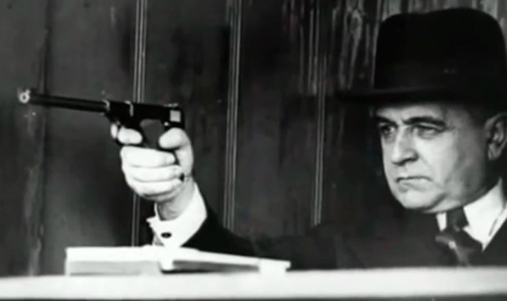 """integralismo, radicalização política, lei de segurança nacional e criação da ANL.Trecho do documentário """"1935: o Assalto ao Poder"""" (2002), de Eduardo Escorel"""