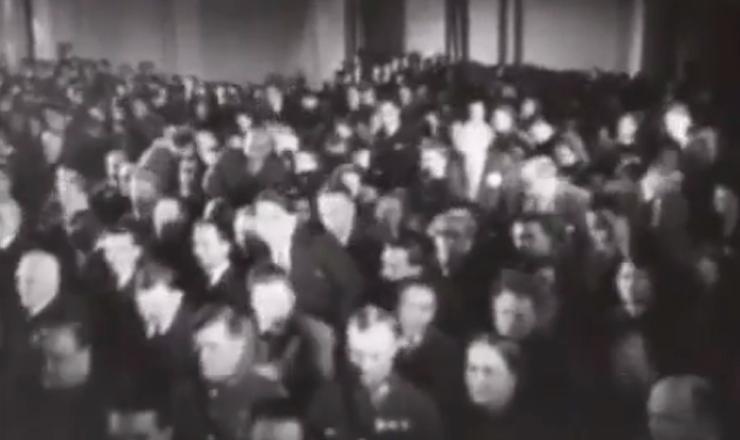 """Julgamento deNikolai Bukharin (1938), em trecho de documentário de autoria desconhecida. Tradução para este trecho:   Narrador:""""Este julgamento, que chocou mundo, foi amplamente documentado em vídeo. No entanto, o acusado Bukharin não pode ser visto em nenhum dos filmes. Em contraste, todas as tiradas do promotor Vyshinsky foram gravadas.""""    Dublando o promotor Vyshinsky: """"Exatamente um ano atrás o camarada Stálin analisou deficiências em nosso trabalho e chegou à conclusão de que os hipócritas trotskistas precisam ser liquidados""""."""