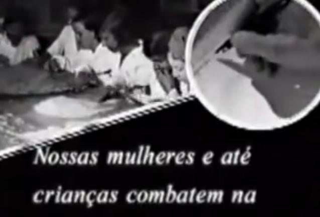 """Trecho de """"A Guerra dos Paulistas"""" , de Laís Bodanzky e Luiz Bolognesi (2002), mostra a mobilização dos paulistas para a guerra: """"nossas fábricas de panelas estão produzindo capacetes"""""""