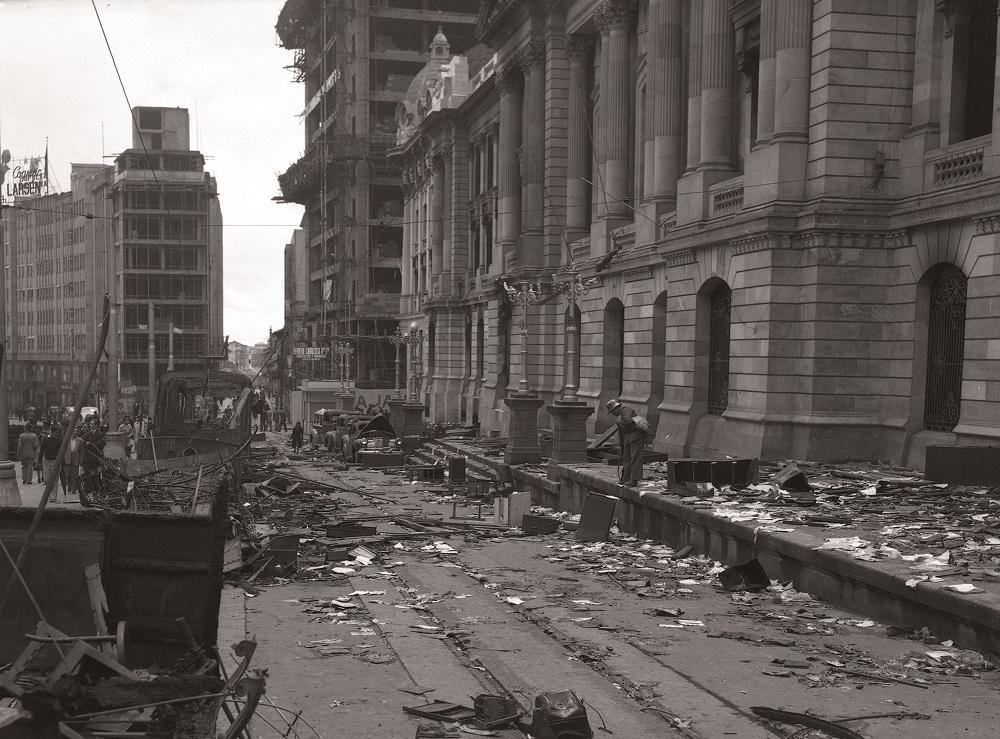 A cidade de Bogotá, capital do país, ficou parcialmente destruída. Crédito: Archivo fotográfico de Sady Gonzaléz, Biblioteca Luis Ángel Arango
