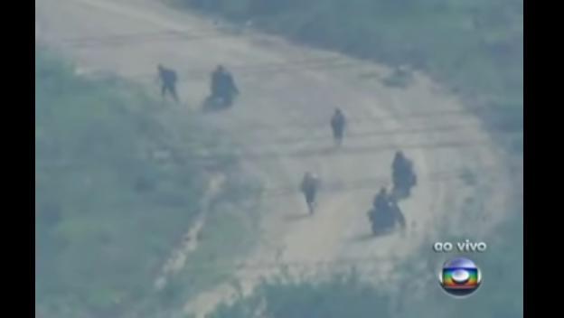 Traficantes em fuga durante Operação no Complexo do Alemão, emtransmissão ao vivo da TV Globo.
