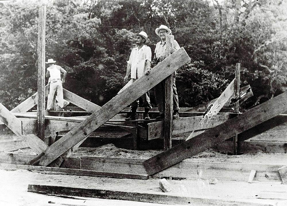Engenheiro Juca Chaves no canteiro de obras. Data: 1956. Arquivo Público do Distrito Federal.