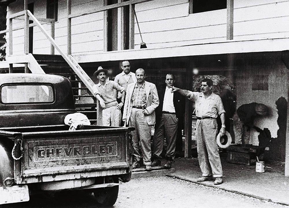 O arquiteto Oscar Niemeyer e o engenheiro Jucas Chaves supervisionam a construção do Catetinho. Data: 1956. Arquivo Público do Distrito Federal