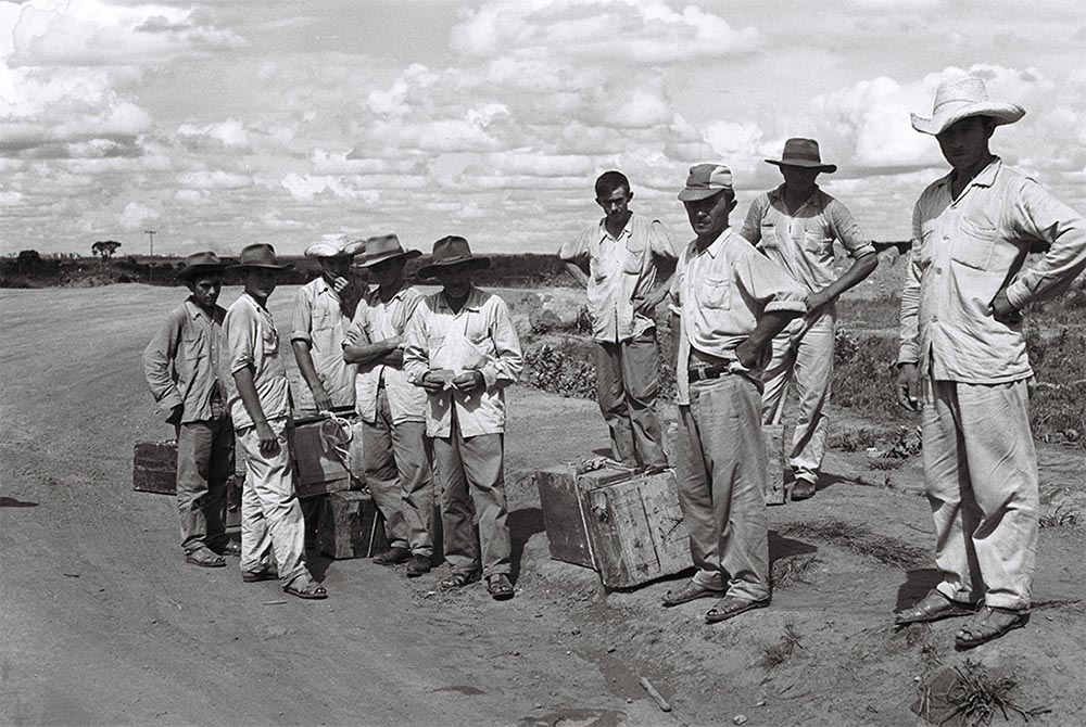 Chegada dos retirantes para trabalhar na construção da nova capital. 17/01/1959. Arquivo Público do Distrito Federal.