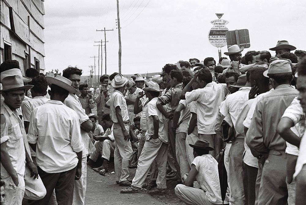 Fila para cadastramento dos novos trabalhadores da construção de Brasília. Arquivo Público do Distrito Federal.