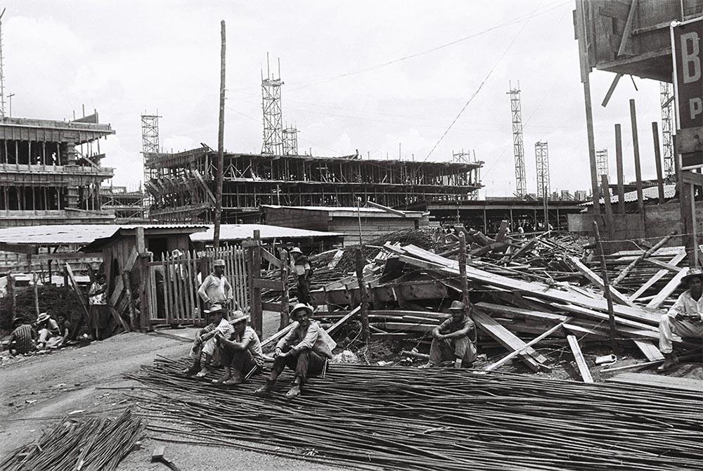 Canteiro de obras em superquadra Brasília. Autor: Mario Fontenelle. Arquivo Público do Distrito Federal.