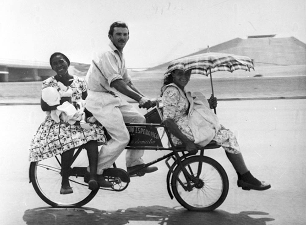 Família de bicicleta no Eixo Monumental. Arquivo Público do Distrito Federal.