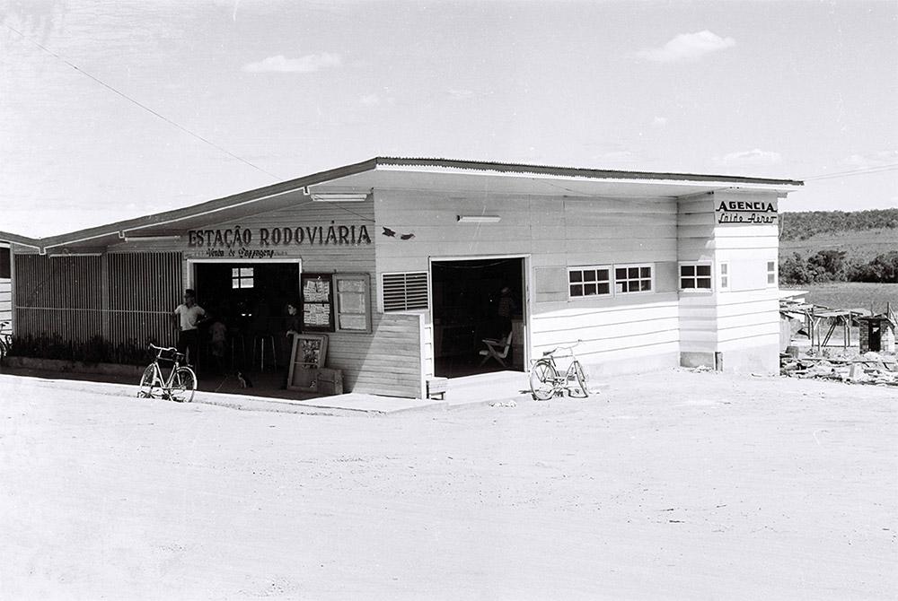 Estação Rodoviária Núcleo Bandeirante. 04/01/1958. Autor: Mario Fontenelle. Arquivo Público do Distrito Federal.