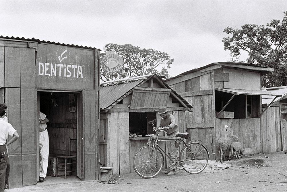As instalações comerciais eram improvisadas de acordo com as possibilidades materiais. 15/12/1958. Arquivo Público do Distrito Federal.