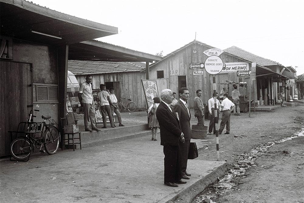Via principal da Cidade Livre. 09/1959. Arquivo Público do Distrito Federal.