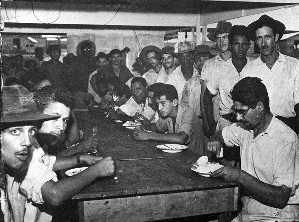 Operários no refeitório do SAPS, na Candangolândia. Arquivo Público do Distrito Federal.